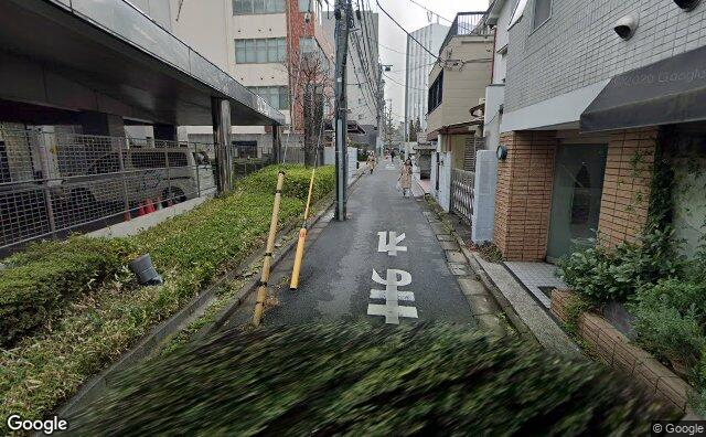Streetview?size=640x396&location=35.6802378051989%2c139.70579758397&heading=29.0962505630295&pitch= 10