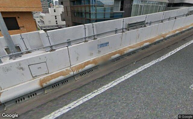 Streetview?size=640x396&location=35.6838649645624%2c139.690152473707&heading= 4.71813339675165&pitch= 26